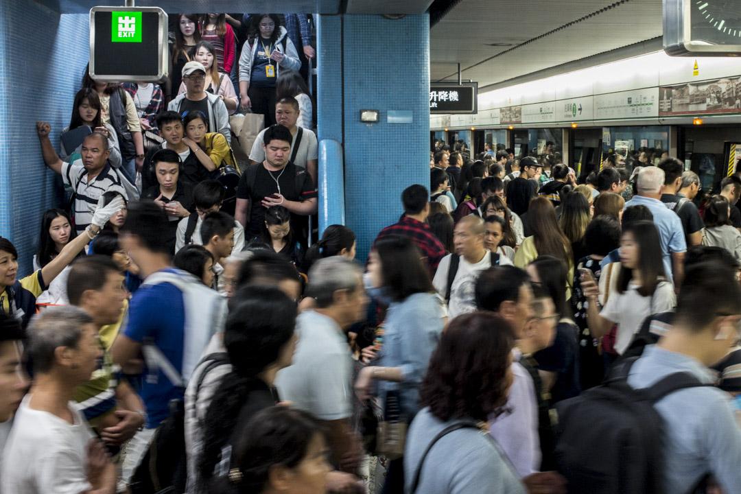 港鐵於今早繁忙時間出現港島綫、觀塘綫及荃灣綫三綫故障,多個港鐵站擠滿上班人群。圖為九龍塘站今早情況,可見候車乘客擠滿月台以至通往車站大堂的樓梯。 攝:林振東 / 端傳媒