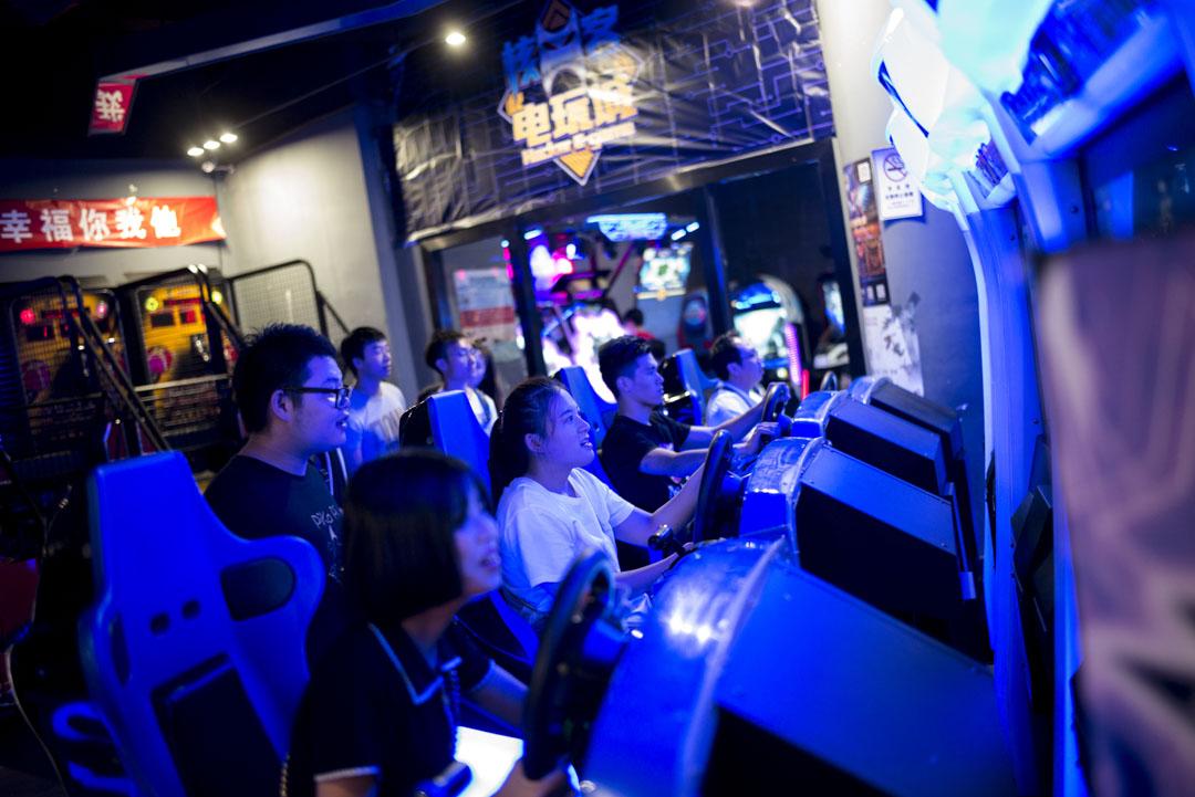 中國遊戲用戶數量已經趨於飽和。根據《2017年中國遊戲產業報告》,2014年至2017年的用戶規模增長緩慢,4年時間只從5.17億人增長到了5.83億人。