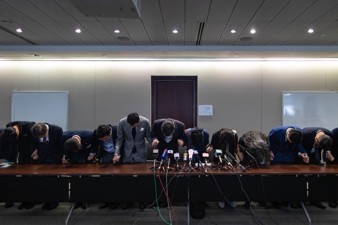 敗選後,民主派舉行記者會回應九西補選舉結果,並且向支持者鞠躬致歉。
