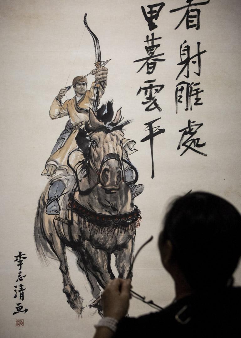 自命正義也是官府的特徵,在金庸武俠小說裏,江湖比自命正義的官府好,江湖中人性化、亦正亦邪的俠客,又比自命正義的基本教義派正道中人好。