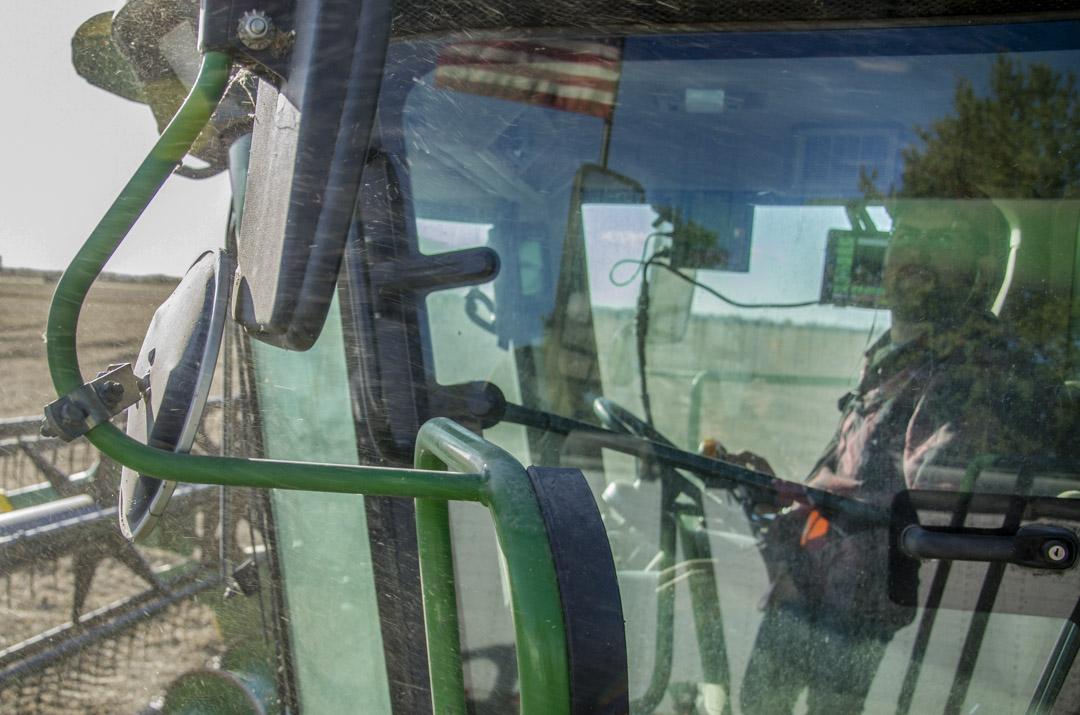 黑爾開着一台四米高的聯合收割機上了高速去收豆子。週一到週六,黑爾都在農場連軸轉似地工作,每天從早晨七點左右到晚上九點左右,勞作12到14個小時,