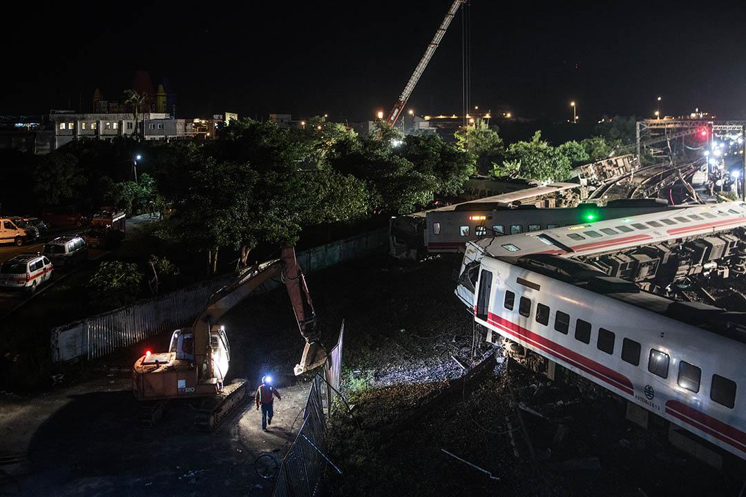 台鐵普悠瑪列車生產商「日本車輛製造」致函台灣鐵路管理局,承認列車設計存在漏洞。圖為2018年10月21日晚上,救援及工程人員在事發地點進行救援及善後工作。 攝:陳焯煇 / 端傳媒