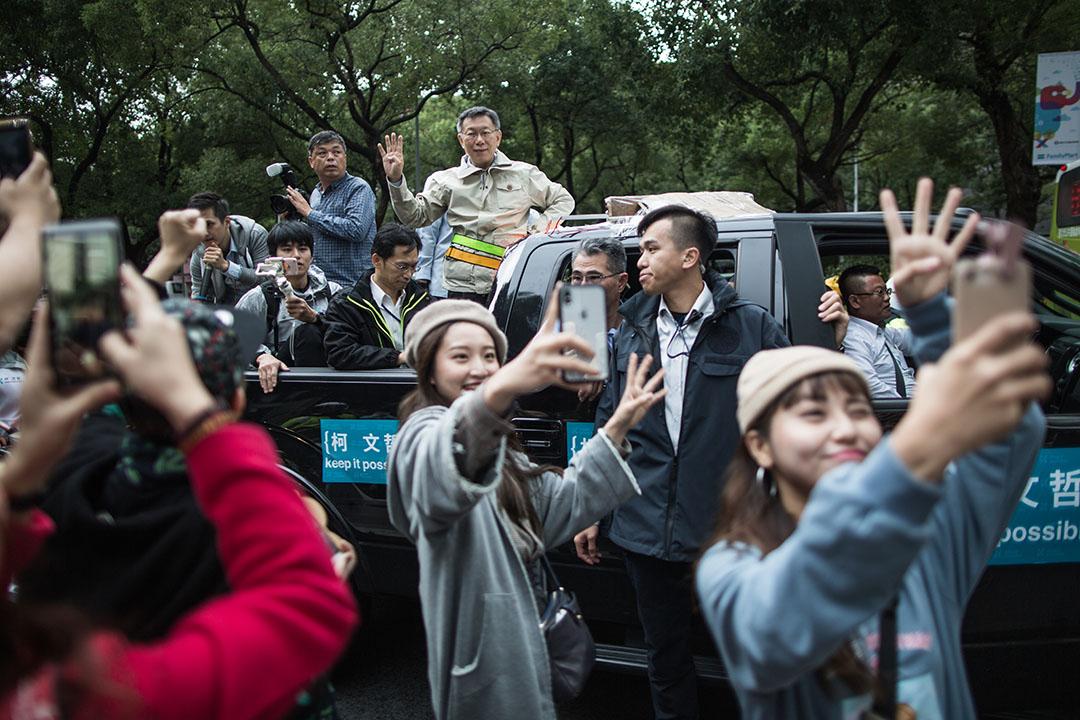 2018年11月23日,柯文哲在選前的宣傳活動上,市民爭相為他拍照。