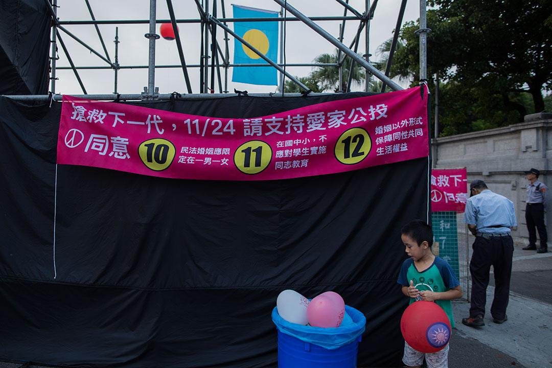 2018年11月14日,愛家公投的支持者在台北市長候選人丁守中的集會中宣傳。