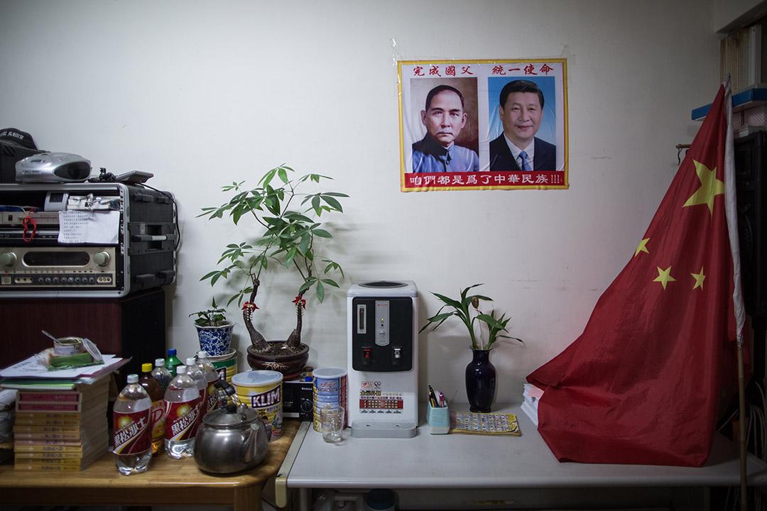 鄭建炘的辦事處上掛上習近平及孫中山的肖像。