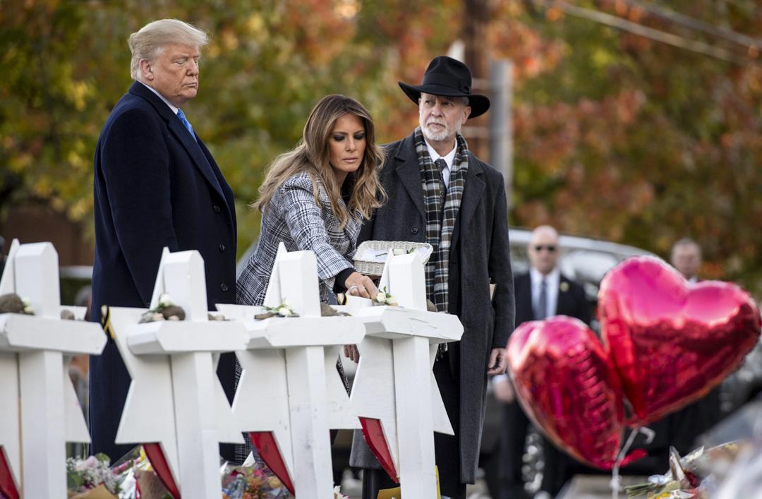美國賓夕法尼亞州匹茲堡市(Pittsburgh)一間猶太教堂上周六(27日)遭到一名反猶太槍手襲擊,造成11死6傷。2018年10月30日,總統特朗普和梅拉尼婭到訪當地,在紀念碑上放置石頭和鮮花。 攝:Saul Loeb/AFP/Getty Images