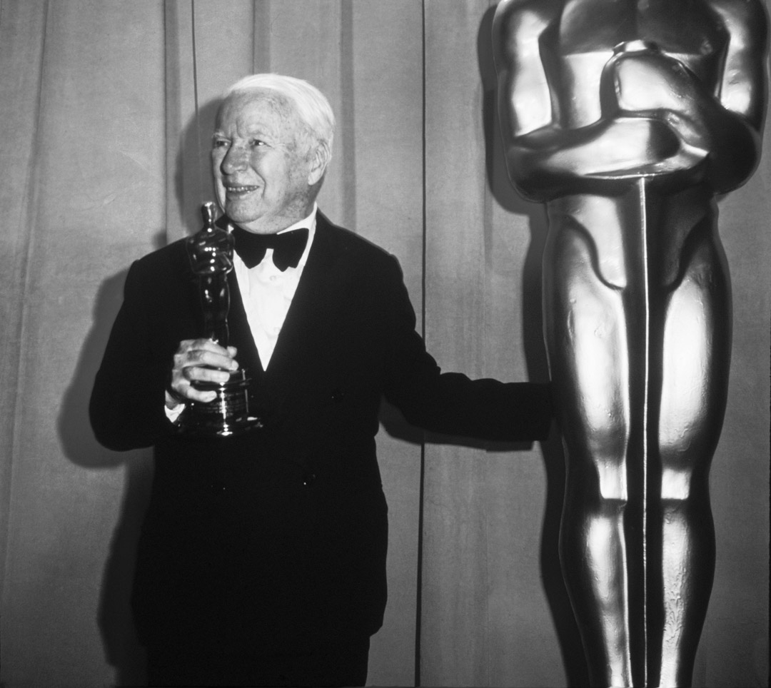 1972年,83歲的卓别林終於獲得一次性入境簽證再度回到美國領取奧斯卡榮譽獎。
