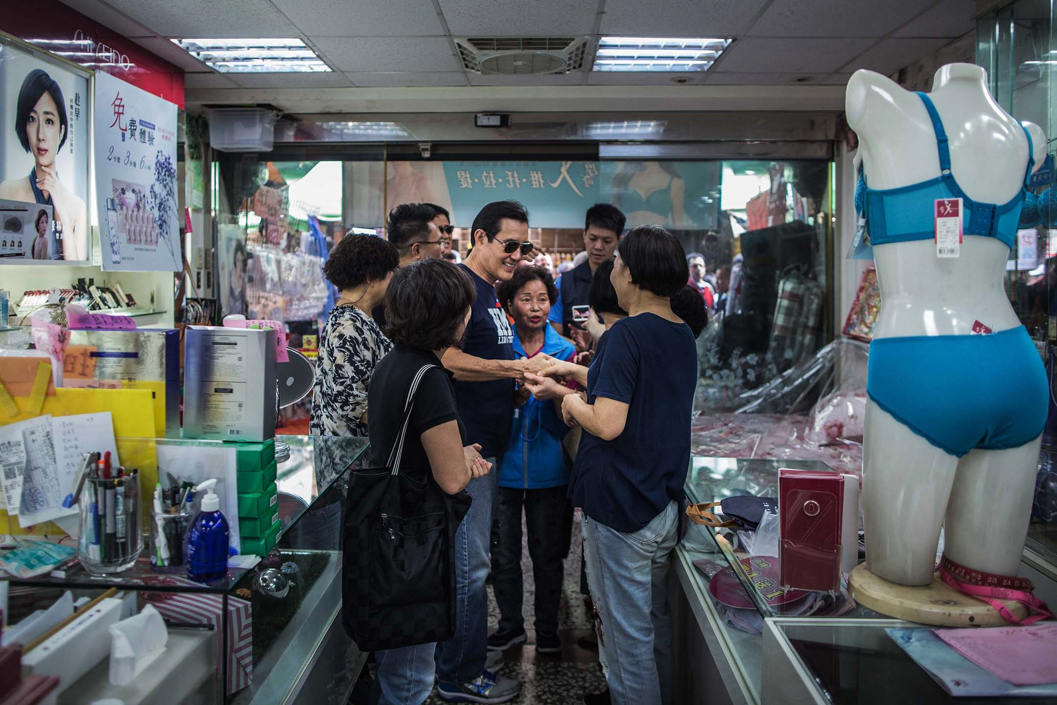 2018年11月6日,前總統馬英九陪同國民黨台北市議員候選人張斯綱到北投市場掃街拜票。