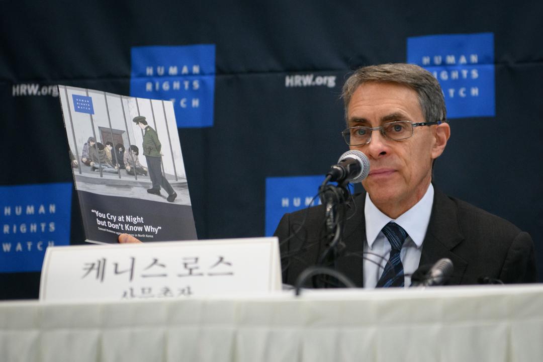 2018年11月1日,「人權觀察」執行總監 Kenneth Roth 於南韓首爾出席記者會,介紹組織就北韓性暴力問題所作的調查報告內容。 攝:Ed Jones / AFP / Getty Images