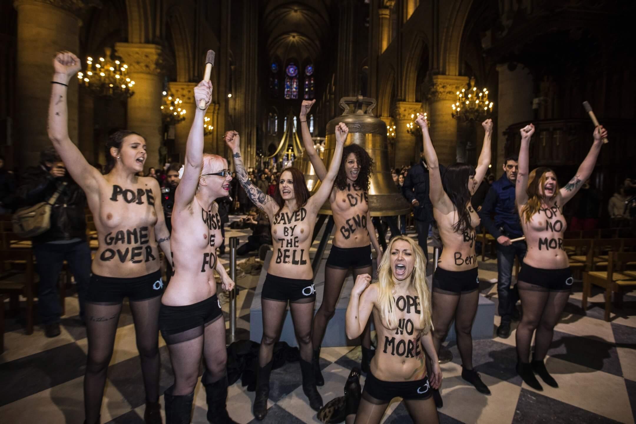 2008年,在烏克蘭東部城市赫梅利尼茨基,三個22歲的女孩——薩沙、奧克薩娜和安娜看中了「費曼」朗朗上口的讀音,創立了費曼組織,旗幟鮮明地反對專制、宗教和性產業。 攝:Joel Saget/AFP/Getty Images