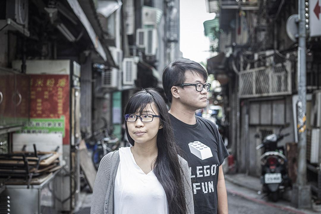差事劇團的執行製作蘇泓賓(右)及舞台監督助理小花。