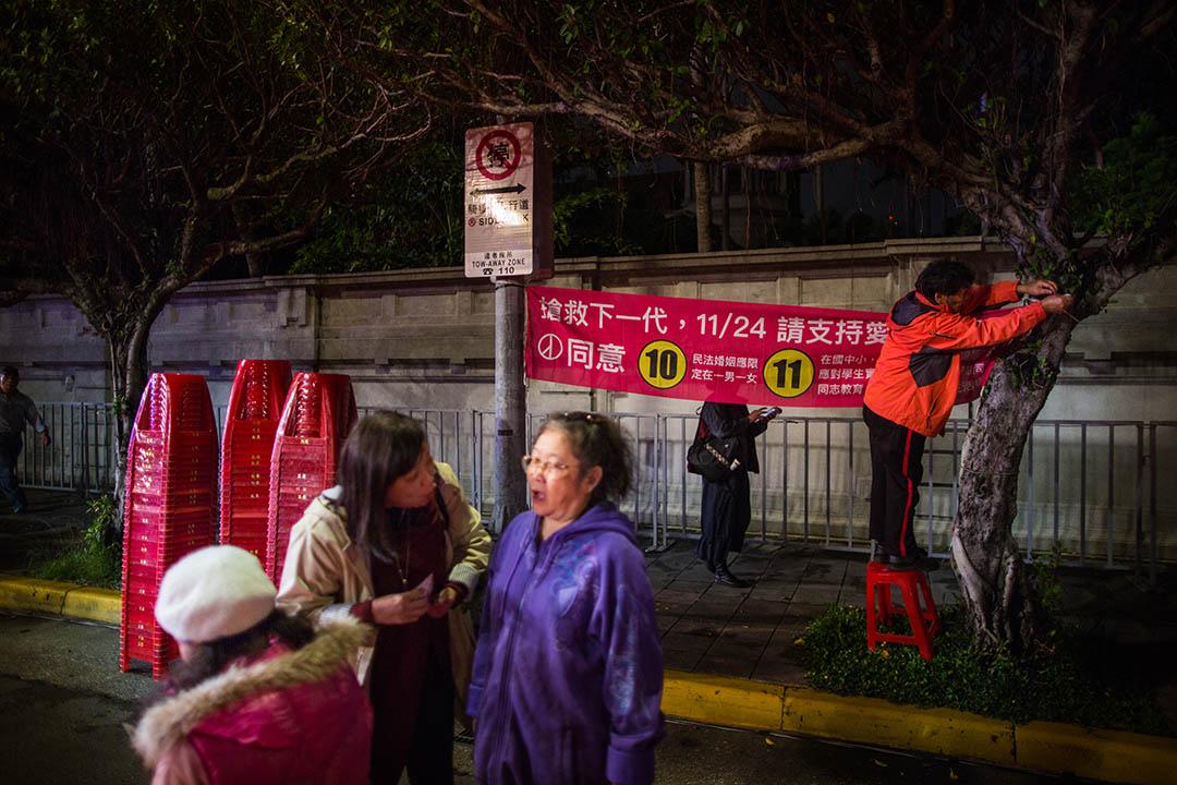 2018年11月23日,台北愛家公投的支持者在國民黨的造勢晚會上。 攝:陳焯煇/端傳媒