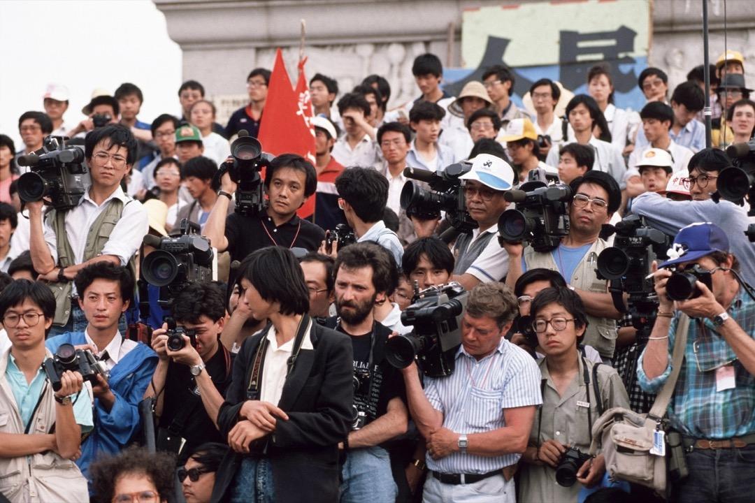 這種對新聞界的「黑箱式操作」,不禁令人質疑北京及特區政府在新聞自由、言論自由問題上,能否兌現《中英聯合聲明》及《基本法》對人權保障的承諾。圖為1989年6月1日,多位記者在北京天安門採訪。 攝:Peter Charlesworth/LightRocket via Getty Images