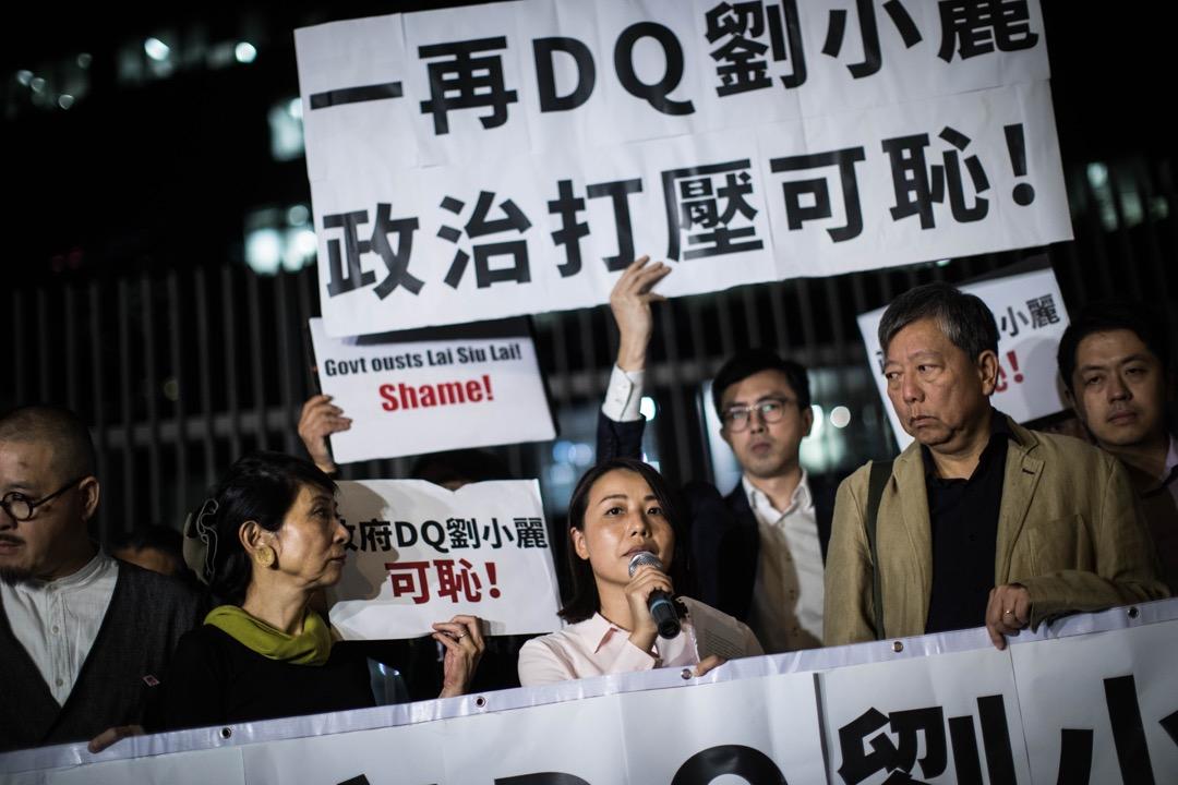 美中經濟與安全審查委員會周三(14日)發表致送國會的年度報告,其中有關香港的部分,指中國侵蝕香港的高度自治權,其中提及立法會選舉中參選人被DQ的情況。圖為10月12日,報名參加九龍西補選的參選人劉小麗遭選舉主任裁定提名無效,當晚到政府總部外舉行集會抗議。 攝:Stanley Leung/端傳媒