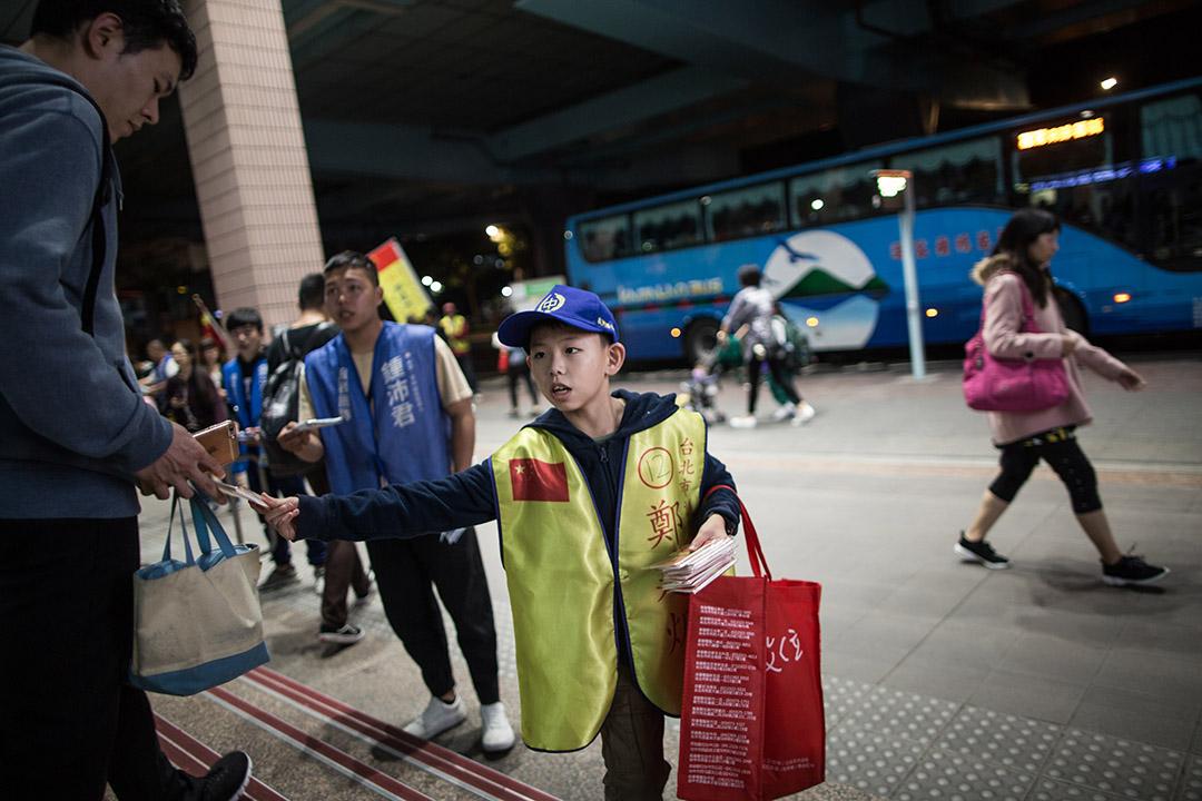 2018年11月21日,鄭建炘的大兒子在捷運站前派發紙巾。