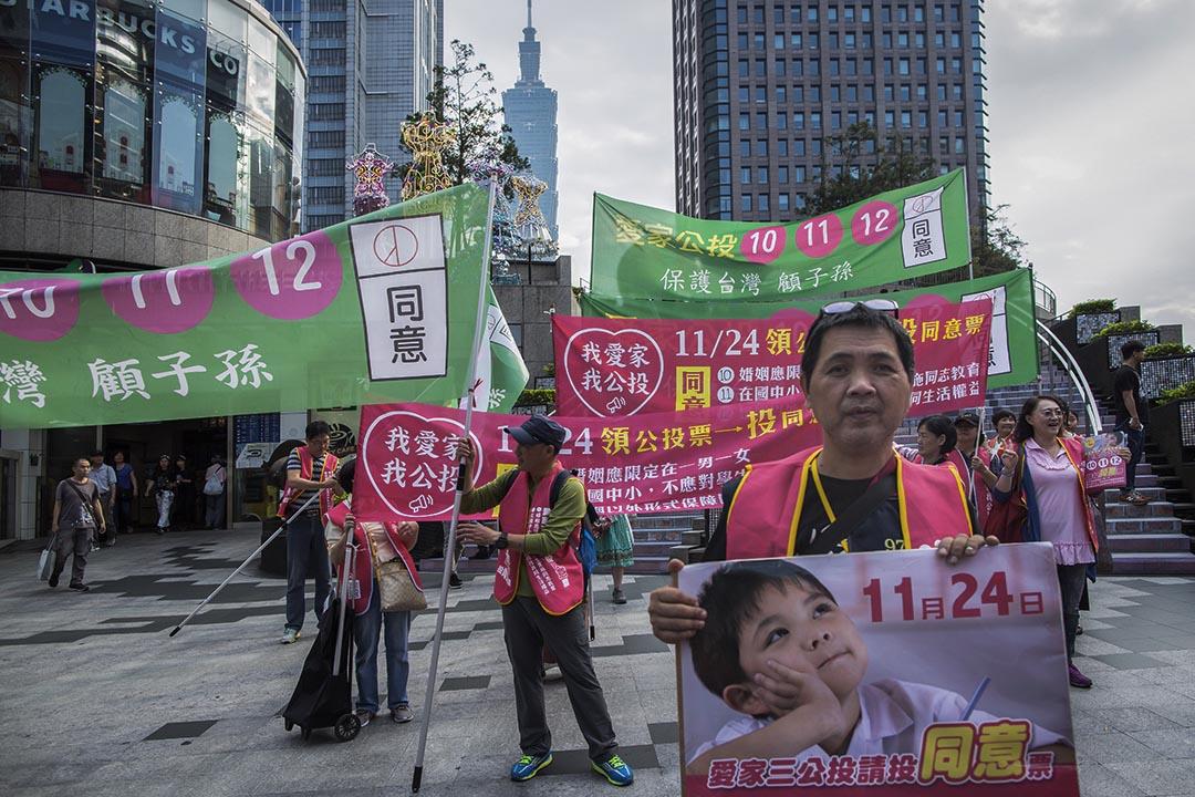 2018年11月18日,台北愛家公投的支持者在呼籲市民投同意票。 攝:陳焯煇/端傳媒