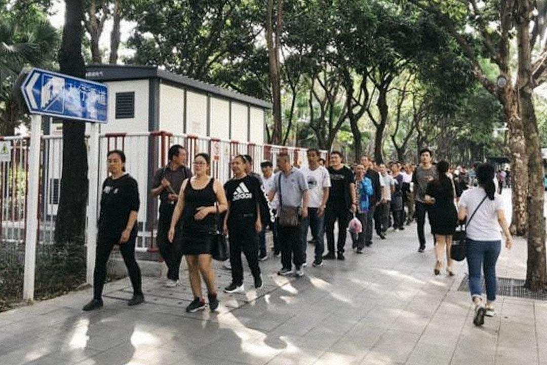 2018年11月7日,300餘名湖南塵肺病工人及亡工家屬從深圳市社保局遊行至深圳市政府大樓,要求與市長對話。