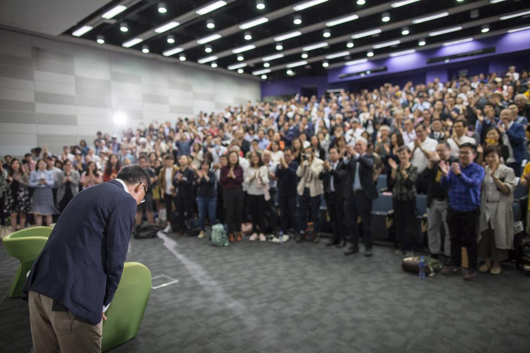 陳健民演講完畢後,全場站立拍掌。