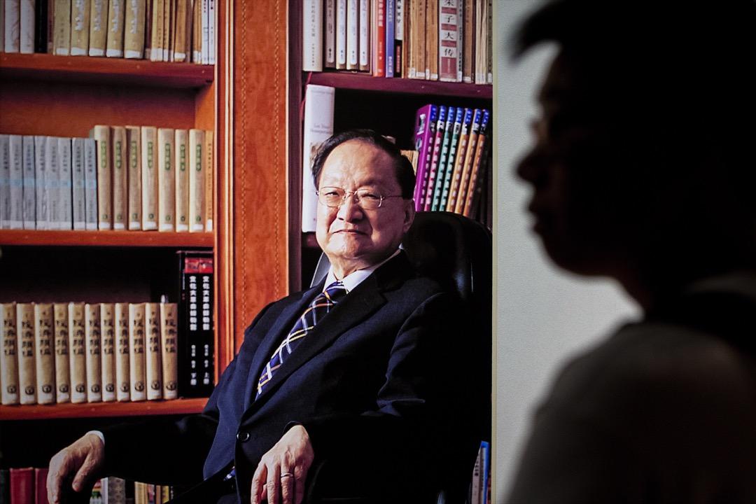 武俠小說使金庸初露頭角,幫他撐住《明報》草創時的銷路,更使其成為華人界景仰的「大師」。 攝:Alex Hofford/EPA