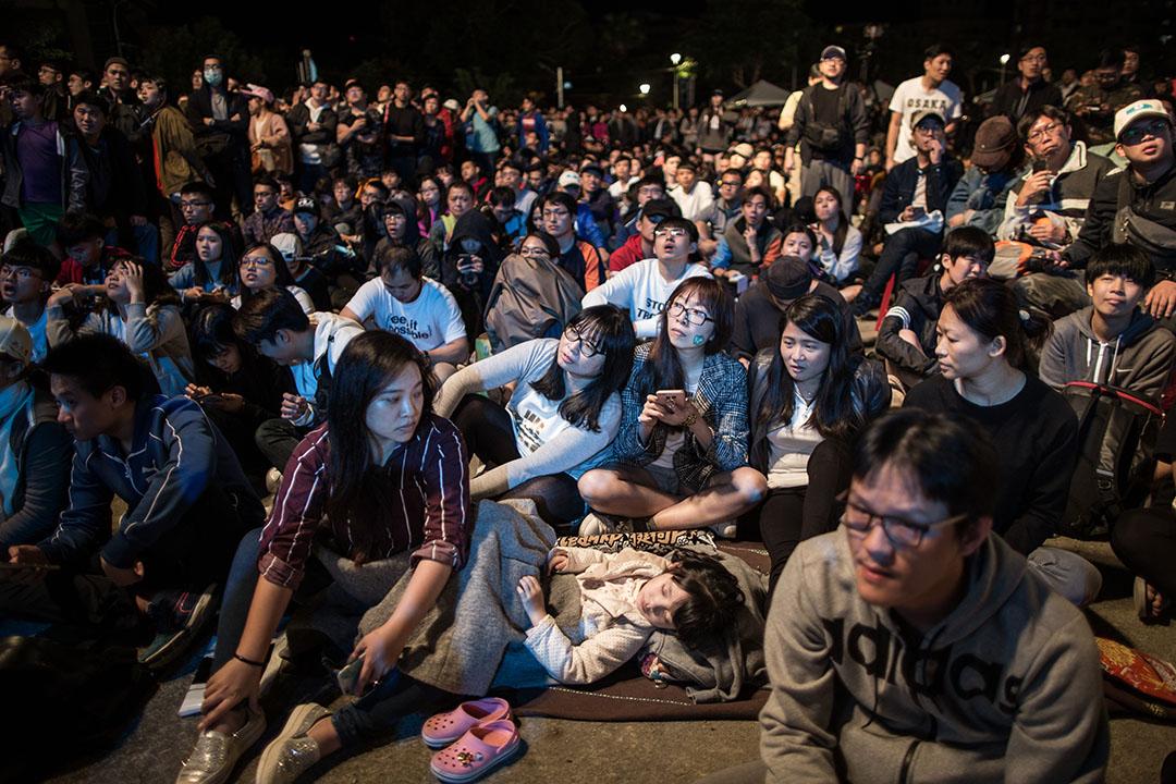 2018年11月25日,柯文哲開票之夜晚會,市民通宵等候結果。