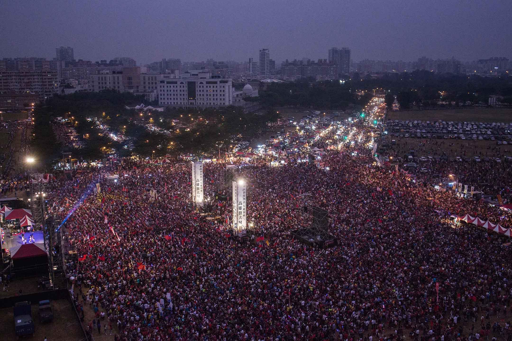 2018年11月17日 , 韓國瑜在高雄市鳯山的造勢晚會,大會稱有十萬人參加。 攝:陳焯煇/端傳媒