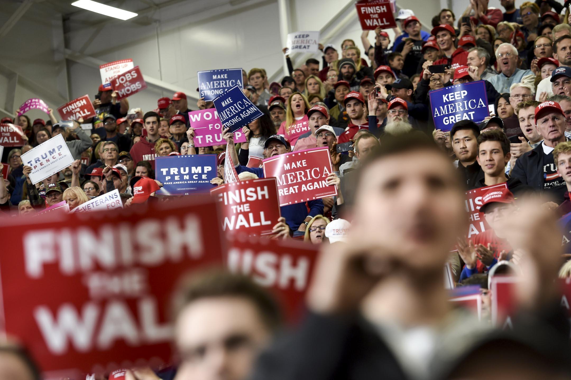 目前的情勢來看,由於川普執政普遍拉低共和黨籍議員選情,共和黨重量級親台議員多面臨連任危機,甚至因此宣佈退休、放棄連任。圖為2018年11月2日,美國總統特朗普的支持者在印第安納州一個競選集會時歡呼。 攝:Nicholas Kamm/AFP/Getty Images