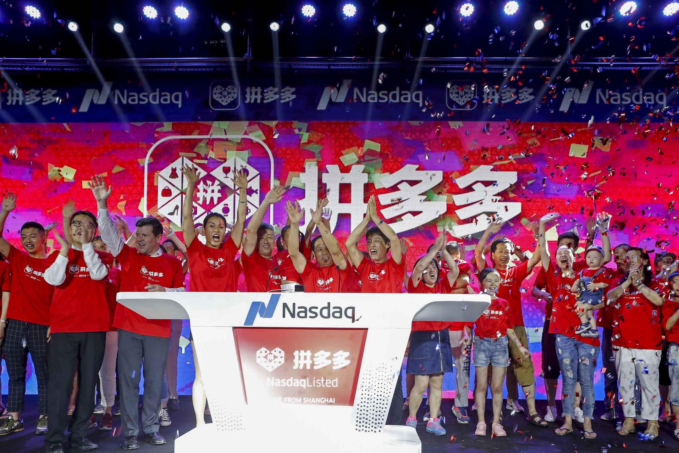 2018年7月26日,拼多多光是在NASDAQ上市,並創下了兩個「第一」:第一家在上海、紐約兩地同時敲鐘的企業,以及第一家請自己的消費者去交易所敲鐘的企業。 攝:Yin Liqin/China News Service/VCG
