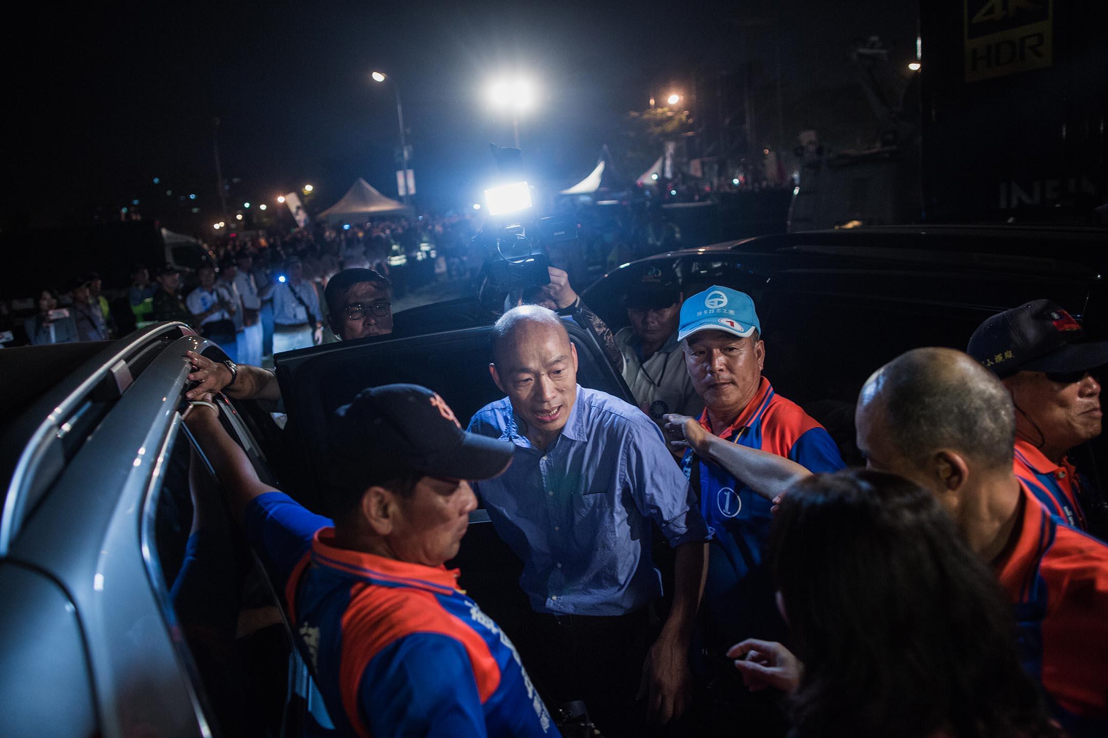 2018年11月17日 , 韓國瑜在高雄市鳯山的造勢晚會後離開。 攝:陳焯煇/端傳媒