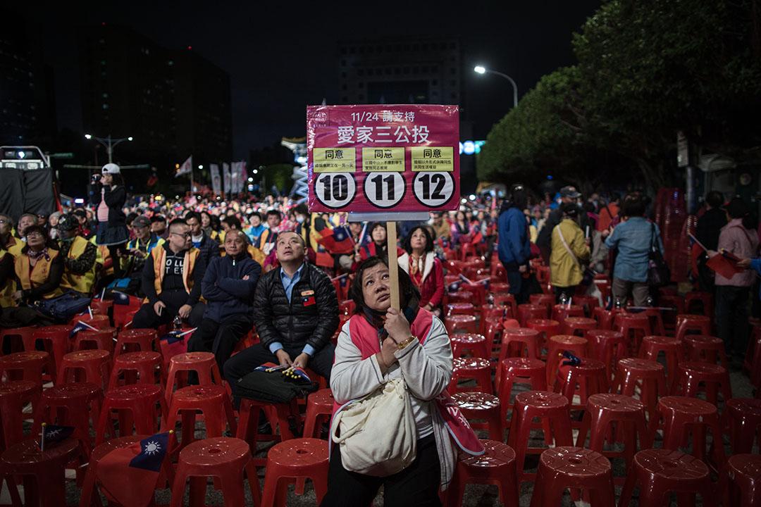 一名愛家公投的支持者在國民黨的造勢晚會上。
