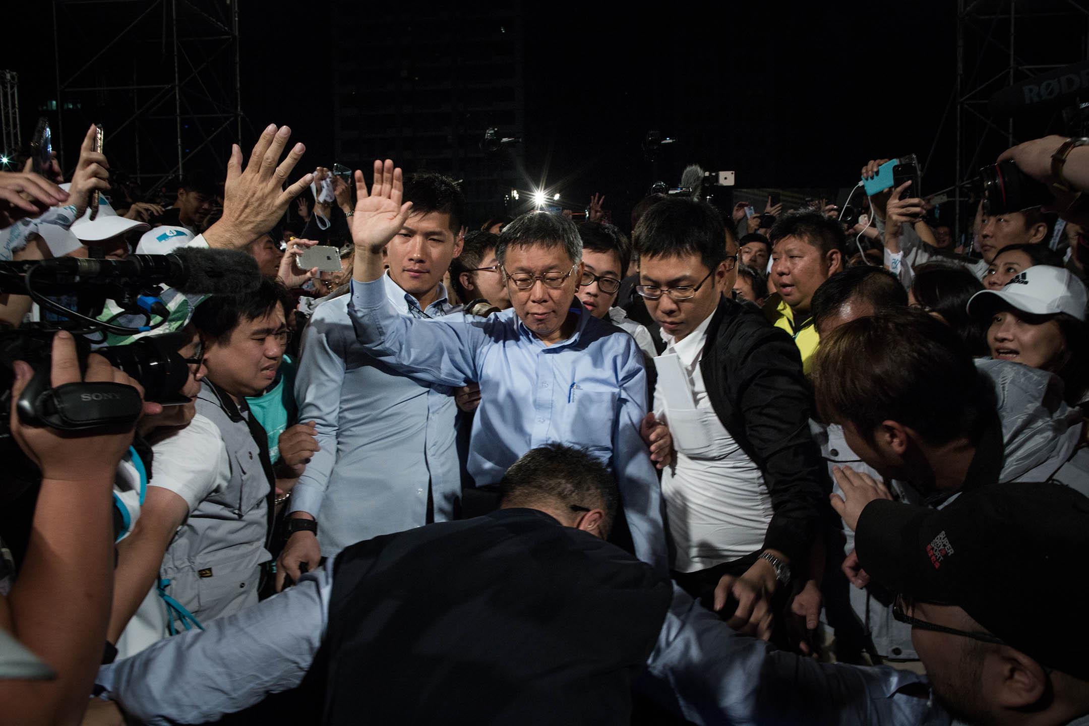 2018年11月25日,柯文哲抵達開票之夜晚會,宣布勝選。 攝:陳焯煇/端傳媒