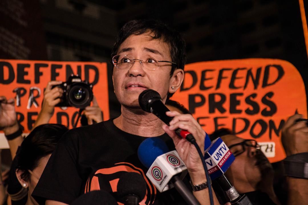 2018年1月29日,有菲律賓民眾舉行集會以抗議當局吊銷新聞網站 Rappler 的經營牌照,執行總編輯 Maria Ressa 出席集會並對公眾發表講話。 攝:Bernice Beltran / NurPhoto via Getty Images
