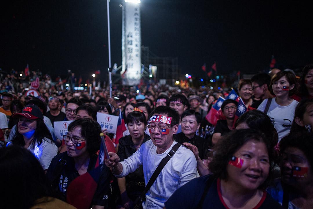 2018年11月17日 , 韓國瑜在高雄市鳯山的造勢晚會上演講,支持者邊聽邊哭。 攝:陳焯煇/端傳媒