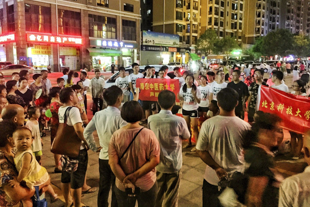 2018年8月14日來自北大,南大,北語,北科,南中醫,和湖南高校的新成員到達深圳,與佳士工人聲援團在街上宣傳理念。 圖:岳昕Twitter