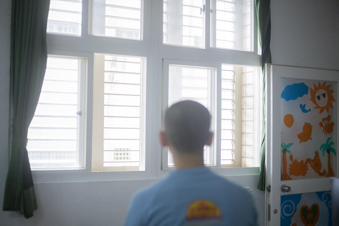 皮膚白皙的阿璿同樣剛滿20歲,是少數身上沒有刺青的少年。