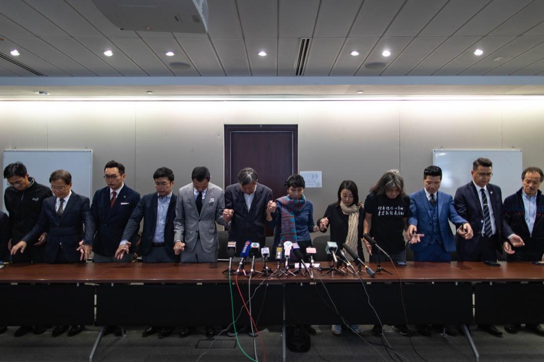 2018年11月27日,民主派議員於李卓人敗選後召開記者會,向巿民集體鞠躬致歉近半分鐘。 攝:Stanley Leung/端傳媒
