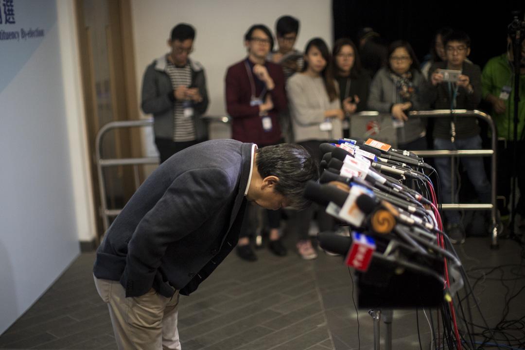 2018年11月26日凌晨, 落選的參選人李卓人於結果公布後會見傳媒時,就敗選向支持者鞠躬道歉。