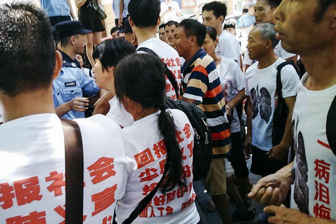 2018年7月16日,湖南120名塵肺病工人街頭普教,遭警方攔截。
