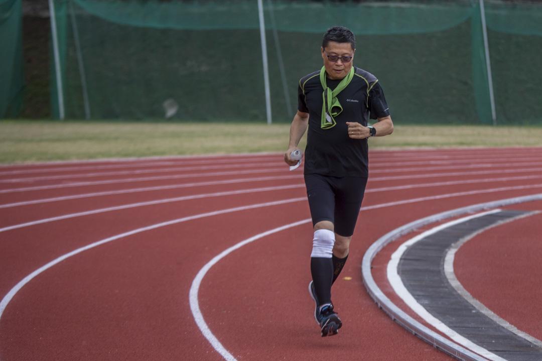 2018年11月11日,已報名參加明年初香港馬拉松半馬賽事的陳健民,在中大運動場跑步。