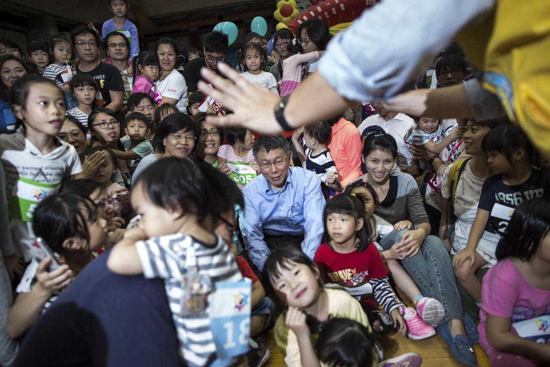 從台北市長選舉的民調來說,柯文哲對國民黨候選人丁守中只維持極小幅度的領先,柯文哲的網路聲量,究竟是否能如實轉換成實際選票,也是政治研究上的重要觀察點。