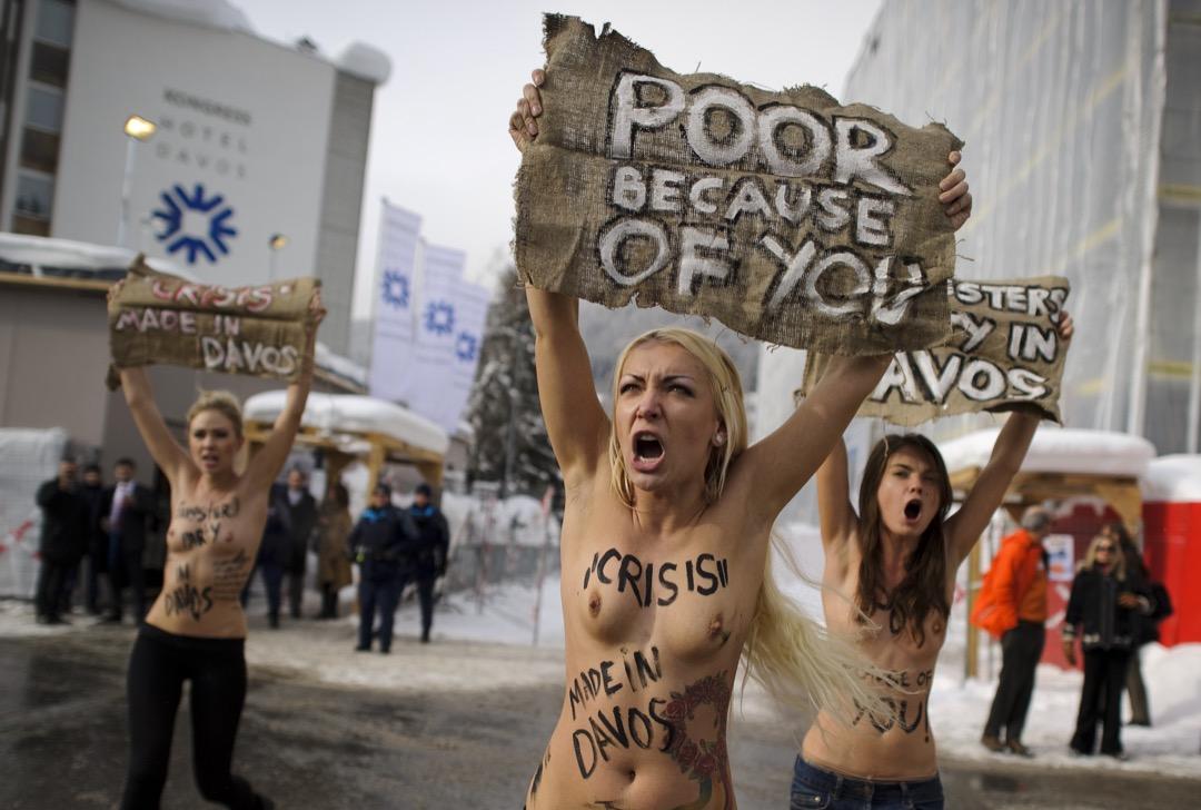 費曼法國分支領導人伊娜(中)於2012年的一次行動,衝擊在瑞士達沃斯舉行的世界經濟論壇。