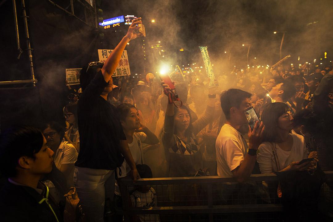 2018年11月10日,柯文哲的造勢晚會,支持者等待台北市長候選人柯文哲進場。 攝:陳焯煇/端傳媒