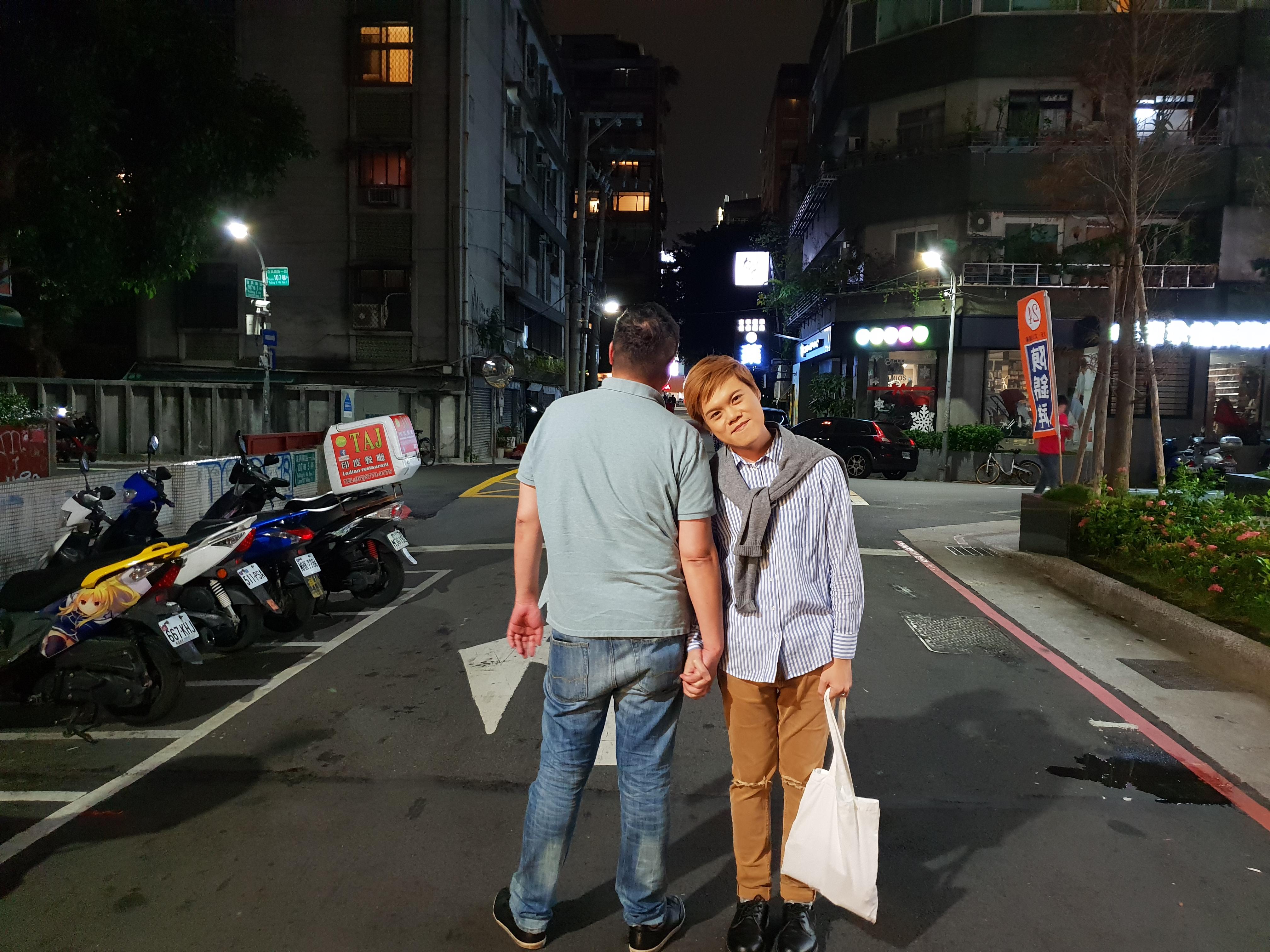 台灣男子邱奕霖(Blue)和南韓男友金泰雄。