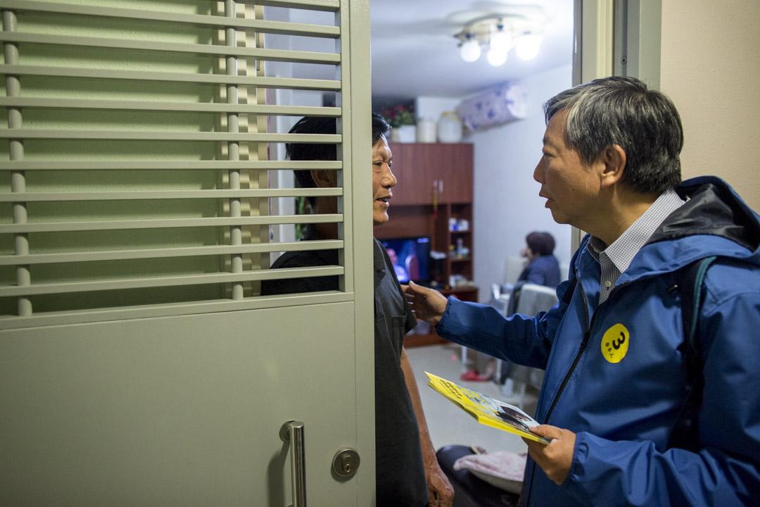 2018年11月22日,立會補選前夕,李卓人與義工團隊在德朗邨洗樓拉票。