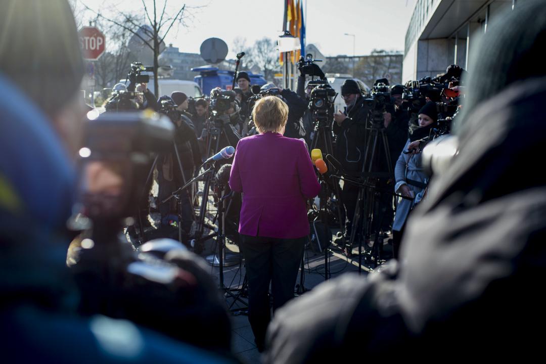 媒介如窗口,不同的媒介以其不同的形態,構建着我們看待外部世界的角度和廣度。圖為德國總理默克爾(Angela Merkel)在記者會上。
