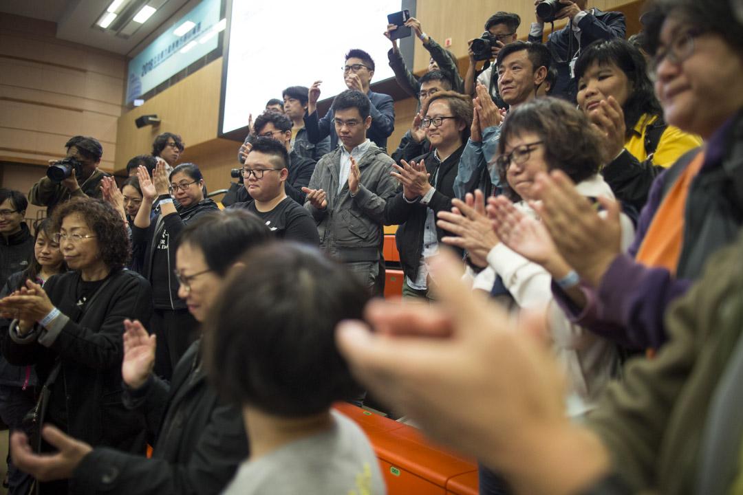 2018年11月26日凌晨, 落選的參選人李卓人到公眾席與支持者會面,支持者拍掌為他打氣。