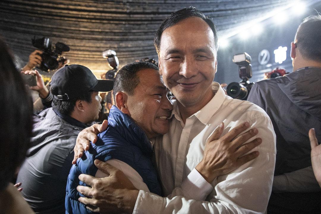 以破百萬的全台最高票拿下新北市長的候友宜,選舉勝利後與朱立倫擁抱。