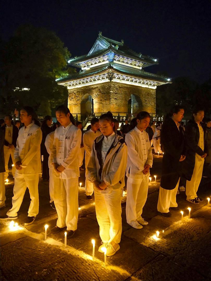 2018年10月31日,湖北省十堰市武當山玉虛宮,武當武術愛好者和當地居民參加悼念金庸活動。