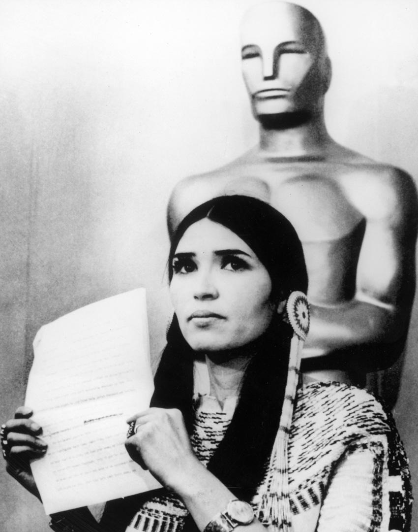 1973年,馬龍白蘭度派阿帕契族印地安人代表他上台拒領《教父》的影帝獎座,並當場宣讀公開信譴責好萊塢未能公正呈現原住民形象。