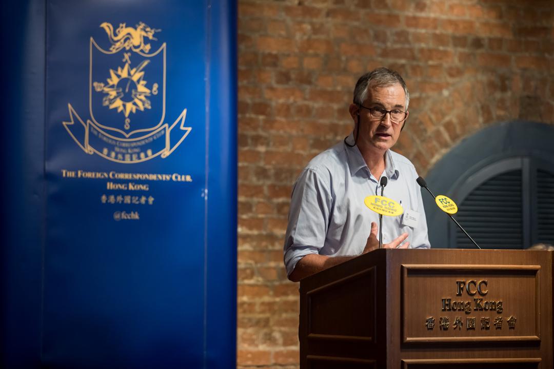 2018年8月14日,香港外國記者會舉行講座,邀請「香港民族黨(已遭港府取締)」召集人陳浩天發表演講,馬凱擔任講座主持。 攝:Paul Yeung / AFP / Getty Images