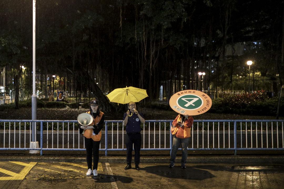 2018年11月25日,距離香港立法會九龍西補選投票結束還有數小時,候選人馮檢基與二人團隊盡最後努力到長沙灣麗閣村呼籲選民投票給他。